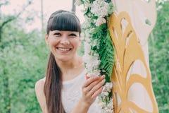 Όμορφη γυναίκα που φωτογραφίζεται στη φύση μια φωτεινή ημέρα Στοκ Εικόνα