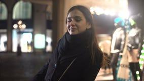 Όμορφη γυναίκα που χαμογελά και που φλερτάρει, που στέκεται στην οδό πόλεων νύχτας, πρώτη ημερομηνία απόθεμα βίντεο