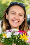 Όμορφη γυναίκα που χαμογελά με τη χαρά Στοκ Εικόνες