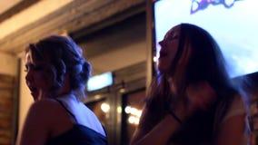 Όμορφη γυναίκα που χορεύει έχοντας τη διασκέδαση στις γοητευτικές διακοπές εορτασμού οινοπνεύματος κατανάλωσης κομμάτων απόθεμα βίντεο