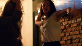 Όμορφη γυναίκα που χορεύει έχοντας τη διασκέδαση στις γοητευτικές διακοπές εορτασμού οινοπνεύματος κατανάλωσης κομμάτων φιλμ μικρού μήκους