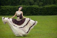 Όμορφη γυναίκα που χορεύει με το επίσημο φόρεμα στοκ εικόνες