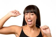 Όμορφη γυναίκα που χρησιμοποιεί το οδοντικό νήμα και το κλείσιμο του ματιού Στοκ φωτογραφία με δικαίωμα ελεύθερης χρήσης