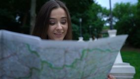Όμορφη γυναίκα που χρησιμοποιεί το χάρτη για να βρεί την ιστορική έλξη, γύρος πόλεων, νέες εντυπώσεις φιλμ μικρού μήκους
