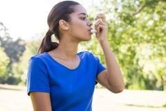 Όμορφη γυναίκα που χρησιμοποιεί inhaler της στοκ φωτογραφία με δικαίωμα ελεύθερης χρήσης