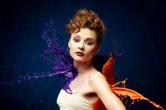 Όμορφη γυναίκα που χτυπιέται από το χρώμα στοκ εικόνες με δικαίωμα ελεύθερης χρήσης