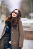 όμορφη γυναίκα πολυτέλε&iot Μοντέρνη γυναίκα brunette στο καφετί παλτό νέα προκλητική αισθησιακή σαγηνευτική γυναίκα με Στοκ Εικόνες