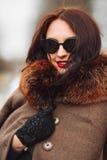 όμορφη γυναίκα πολυτέλε&iot Μοντέρνη γυναίκα brunette στο καφετί παλτό Στοκ Εικόνες
