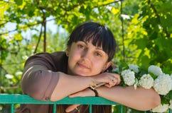 Όμορφη γυναίκα σε έναν κήπο άνοιξη Στοκ Εικόνες