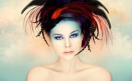 Όμορφη γυναίκα σε ένα ζωηρόχρωμο έργο τέχνης στοκ φωτογραφίες