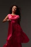 Όμορφη γυναίκα σε ένα μακρύ ρόδινο φόρεμα Στοκ Εικόνα
