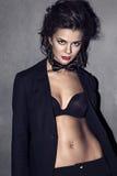Όμορφη γυναίκα σε ένα μαύρο σακάκι Στοκ Εικόνα
