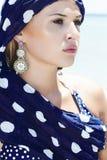Όμορφη γυναίκα σε ένα μπλε μαντίλι στο beach.arabic Στοκ Φωτογραφίες