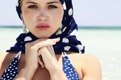 Όμορφη γυναίκα σε ένα μπλε μαντίλι στο beach.arabic Στοκ Φωτογραφία