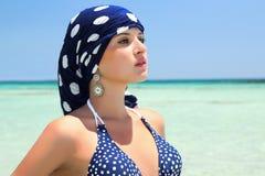 Όμορφη γυναίκα σε ένα μπλε μαντίλι στο beach.arabic Στοκ εικόνα με δικαίωμα ελεύθερης χρήσης