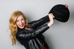 Όμορφη γυναίκα σε ένα σακάκι με ένα μαύρο καπέλο Στοκ εικόνα με δικαίωμα ελεύθερης χρήσης