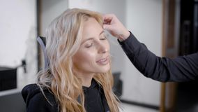 Όμορφη γυναίκα σε ένα σαλόνι ομορφιάς, είναι ευτυχής με το αποτέλεσμα απόθεμα βίντεο