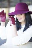 Όμορφη γυναίκα σε ένα burgundy καπέλο και τα γάντια Στοκ εικόνα με δικαίωμα ελεύθερης χρήσης