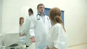 Όμορφη γυναίκα σε μια ιατρική εξέταση απόθεμα βίντεο