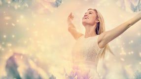 Όμορφη γυναίκα σε μια ρόδινη peony φαντασία λουλουδιών στοκ φωτογραφίες
