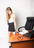 Όμορφη γυναίκα σε μια συνεδρίαση επιχειρησιακών κοστουμιών σε ένα γραφείο με τον υπολογιστή η γυναίκα πίνει τον καφέ από ένα άσπρ Στοκ Εικόνες