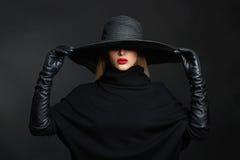 Όμορφη γυναίκα στα γάντια καπέλων και δέρματος οι απεικονίσεις αποκριών στοών μου παρακαλώ βλέπουν παρόμοιο με τη μάγισσα επίσκεψ Στοκ φωτογραφία με δικαίωμα ελεύθερης χρήσης