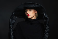 Όμορφη γυναίκα στα γάντια καπέλων και δέρματος οι απεικονίσεις αποκριών στοών μου παρακαλώ βλέπουν παρόμοιο με τη μάγισσα επίσκεψ Στοκ εικόνα με δικαίωμα ελεύθερης χρήσης