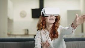 Όμορφη γυναίκα στα γυαλιά vr στο σπίτι Γυναικείο παιχνίδι κινηματογραφήσεων σε πρώτο πλάνο στα τρισδιάστατα γυαλιά φιλμ μικρού μήκους