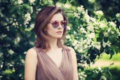 Όμορφη γυναίκα στα ρόδινα γυαλιά ηλίου Στοκ φωτογραφία με δικαίωμα ελεύθερης χρήσης