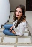 Όμορφη γυναίκα στα σκαλοπάτια Στοκ φωτογραφία με δικαίωμα ελεύθερης χρήσης