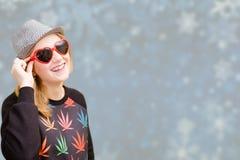 Όμορφη γυναίκα στα φανταχτερά γυαλιά ηλίου που χαμογελά επάνω στοκ εικόνα