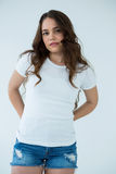 Όμορφη γυναίκα στην άσπρη μπλούζα και τα καυτά εσώρουχα Στοκ Εικόνες