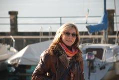 Όμορφη γυναίκα στην ανασκόπηση γιοτ Στοκ Φωτογραφία