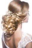 Όμορφη γυναίκα στην εικόνα της νύφης Τρίχα ομορφιάς Πίσω άποψη Hairstyle Στοκ Εικόνες
