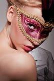 Όμορφη γυναίκα στην ενετική μάσκα Στοκ εικόνα με δικαίωμα ελεύθερης χρήσης