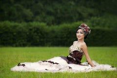 Όμορφη γυναίκα στην επίσημη εσθήτα φορεμάτων στοκ εικόνες
