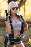 Όμορφη γυναίκα στην κάλυψη και το πυροβόλο όπλο Στοκ φωτογραφίες με δικαίωμα ελεύθερης χρήσης