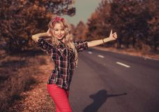 Όμορφη γυναίκα στην καρφίτσα επάνω στο ύφος στοκ φωτογραφία με δικαίωμα ελεύθερης χρήσης