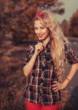 Όμορφη γυναίκα στην καρφίτσα επάνω στο ύφος στοκ φωτογραφία