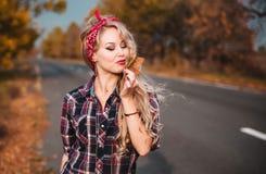 Όμορφη γυναίκα στην καρφίτσα επάνω στο ύφος στοκ εικόνες