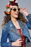 Όμορφη γυναίκα στην κορώνα λουλουδιών που φορά τα γυαλιά ηλίου στοκ φωτογραφία
