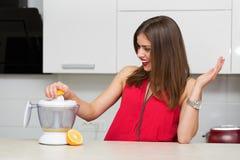 Όμορφη γυναίκα στην κουζίνα της στοκ εικόνα