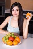 Όμορφη γυναίκα στην κουζίνα Στοκ Εικόνα