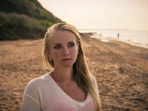 Όμορφη γυναίκα στην παραλία στο υπόβαθρο του πράσινου λόφου Στοκ Εικόνες