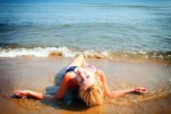 Όμορφη γυναίκα στην παραλία ηλιοθεραπείας μπικινιών Στοκ Εικόνες