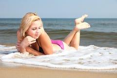 Όμορφη γυναίκα στην παραλία ηλιοθεραπείας μπικινιών Στοκ φωτογραφία με δικαίωμα ελεύθερης χρήσης
