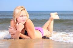 Όμορφη γυναίκα στην παραλία ηλιοθεραπείας μπικινιών Στοκ φωτογραφίες με δικαίωμα ελεύθερης χρήσης