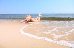 Όμορφη γυναίκα στην παραλία ηλιοθεραπείας μπικινιών Στοκ εικόνα με δικαίωμα ελεύθερης χρήσης