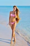 Όμορφη γυναίκα στην προκλητική χαλάρωση μπικινιών στη θερινή παραλία Στοκ Φωτογραφίες