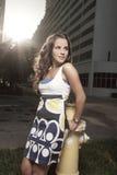 Όμορφη γυναίκα στην πόλη Στοκ εικόνα με δικαίωμα ελεύθερης χρήσης